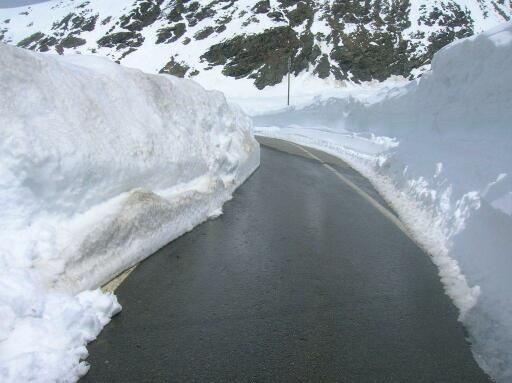 sneeuwmuren-stelvio-begin-mei-2012